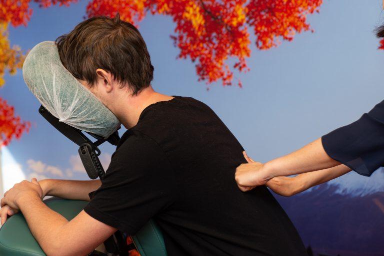 Stoelyoga workshop voor bedrijven massage Assen